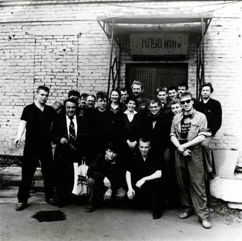 """На съёмках фильма """"Постой, паровоз"""" после концерта. Зона """"Металлист"""",  1994 год."""