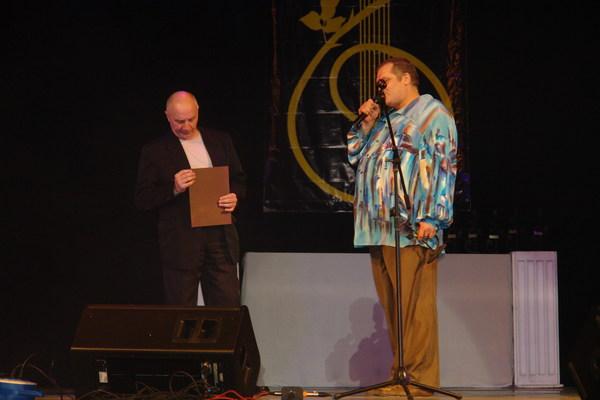 Олег Баянов вручает диплом почётного гостя фестиваля и памятный приз Владимиру Окуневу