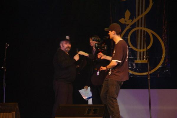 Валерий Ремесник вручает диплом почётного гостя фестиваля и памятный приз Виталию Соловьёву