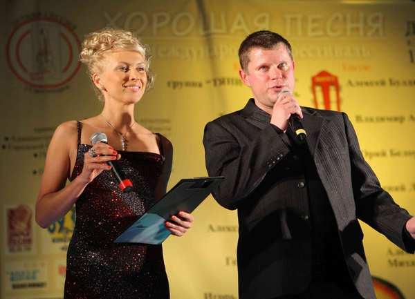 ведущие фестиваля: Алёна Пономарёва и Михаил Дюков (Калининград)