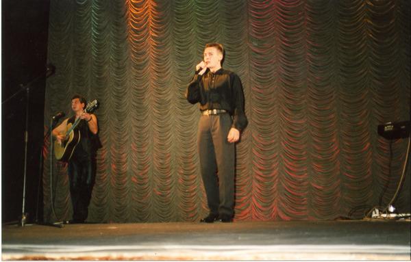 единственное выступление Артёма в Санкт-Петербурге в ДК им. Газа (играет на гитаре - Владимир Баранов)