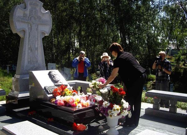 На кладбище у могилы Михаила