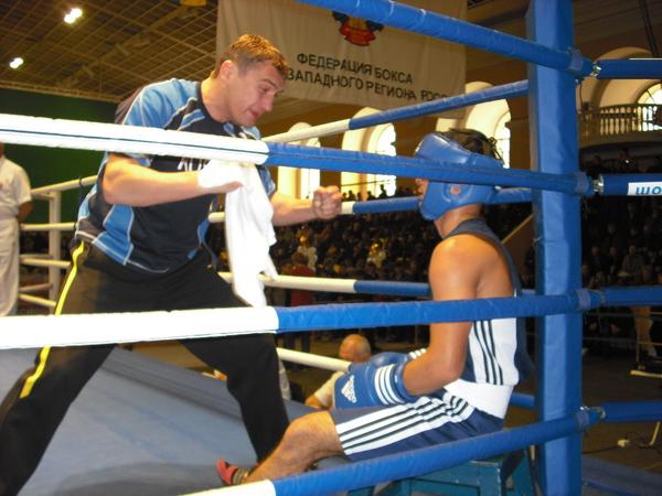 ст. тренер СКА - С. Петербург Г. Хлобыстин готовит к бою И. Каюмова