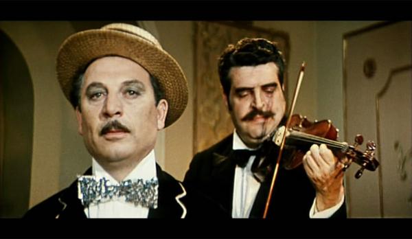 """Кадр из фильма """"Неуловимые мстители"""". Бубе Касторскому аккомпанирует сам маэстро Ян Френкель, автор музыки к кинофильму"""