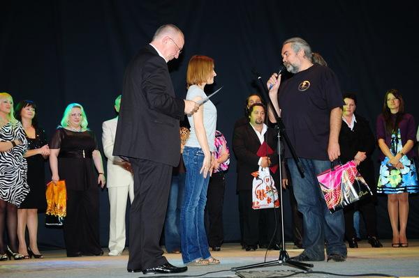 диплом победителя конкурса получает Таня Дяченко
