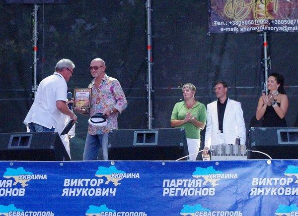Вручение диплома Прохору Громову