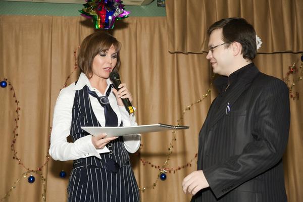подарок от Светланы ведущему финала Николаю Орловскому - именной календарь на 2011 год