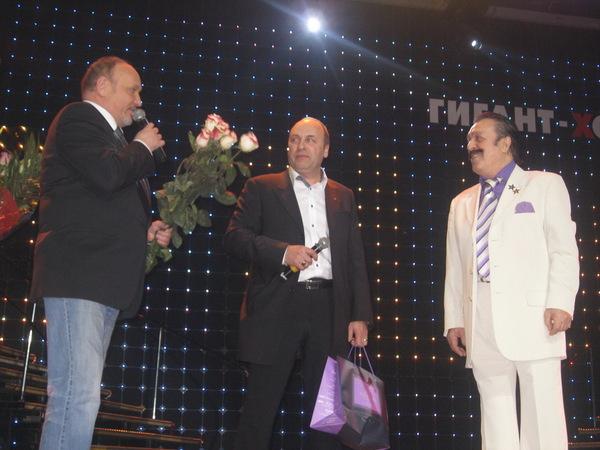 Анатолий Тукиш и Борис Родин вручают номинацию Музея шансона Вилли Токареву