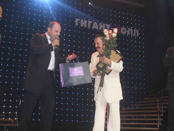 Президент фонда Сергея Есенина Борис Родин вручает подарки Вилли Токареву