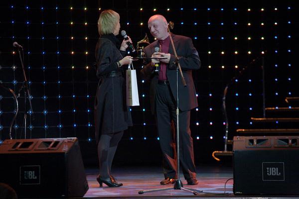 соведущая гала-концерта Ксения Стриж вручает золотой граммофон владельцу Музея шансона Владимиру Окуневу