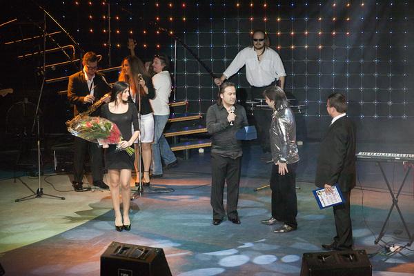 номинацию Музея шансона Александру Марцинкевичу вручает продюсер гала-концерта Олег Шведов