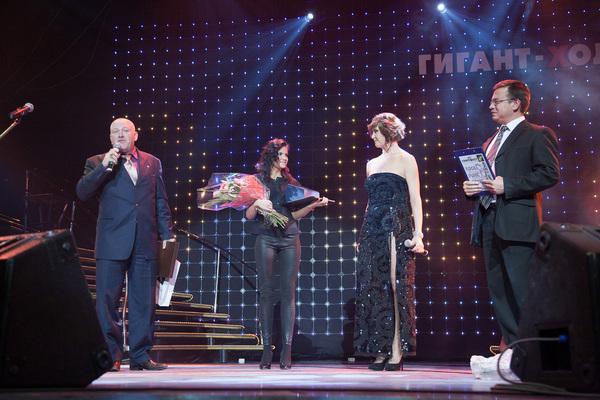 Михаил Орский награждает Светлану Фед подарочным сертификатом