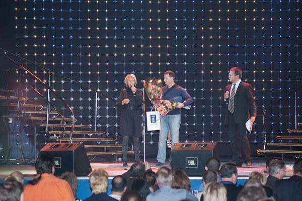 Ксения Стриж вручает номинацию Музея шансона Александру Пашанову