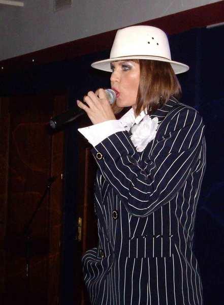 Светлана Фед (Тула) – автор-исполнитель, руководитель танцевального шоу «С-ПЛЮС», на сцене как вокалистка выступает три года, победитель конкурса «Новые имена» 2011 г. в г. С-Петербурге
