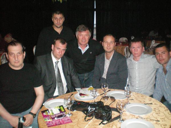Марк Винокуров (слева), Сергей Чернышёв (в центре) и команда  по боям без правил из Петербурга