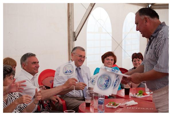 Валерий Петрович Загороднюк дарит гостям сувениры фестиваля на память
