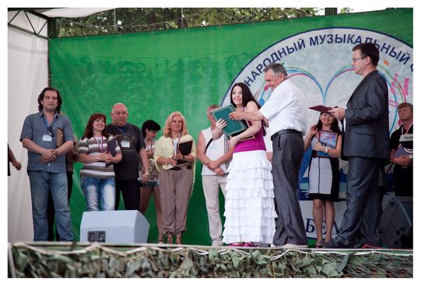 Глава муниципального образования г. Красное Село Н. С. Колошинский вручает памятный подарок Миле Руденской