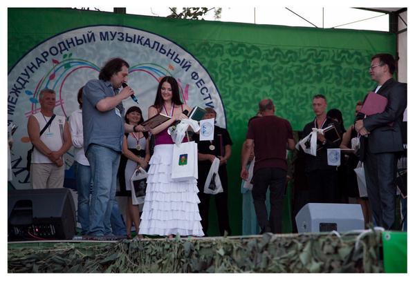 """Мила Руденская получает """"Сертификат на запись песни"""" в московской студии """"RusMusic Records"""""""