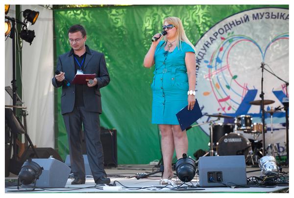 """ведущие Гала-концерта: Николай Орловский (интернет радио """"Шансон24"""") и Маша Абрикосова (""""Русское радио"""")"""