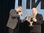 Олег Андрианов вручает В. Окуневу тульский самовар и тульский пряник