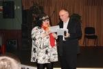Председатель жюри В. Окунев вручает диплом участника конкурса Гуле Невской