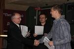 Председатель жюри В. Окунев вручает диплом лауреата конкурса Михаилу Кириллову