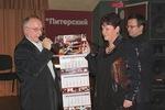 Председатель жюри В. Окунев вручает диплом лауреата конкурса и памятный подарок от Музея шансона Нине Караевой