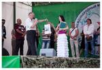 Мила Руденская получает памятный подарок от главы администрации Красносельского района Санкт-Петербурга Петрова В. В.