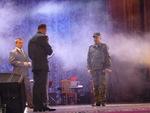 """представитель наркоконтроля вручает """"Благодарственное письмо"""" и награду ФСКН Паше Юдину"""
