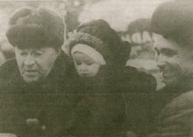 1964 год. Утесов и его ленинградский друг Владимир выбирают в ДЛТ подарок для Леночки Александровой
