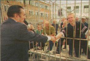 Звездное рукопожатие: решетка — не преграда!