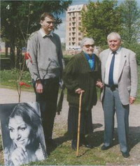 Муж, сын и пани Ирма Мартенс (мама Анны Герман) на открытии аллеи имени Анны Герман в Москве. 18 мая 2003 года