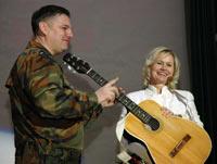 Михаил Михайлов передает гитару в Центральный музей Вооруженных Сил России